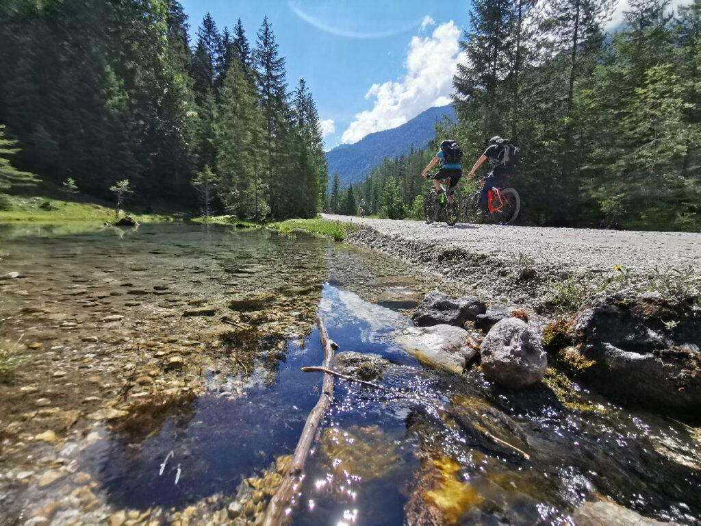 Mountainbiken zwischen glasklarem Wasser und den Bergen - das ist Mountainbike Urlaub für mich